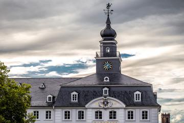 Altes Rathaus in Saarbrücken vor bewölktem Himmel