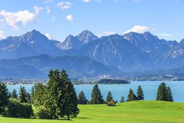Wall Mural - Blick auf den Forggensee mit Füssen und Allgäuer Alpen
