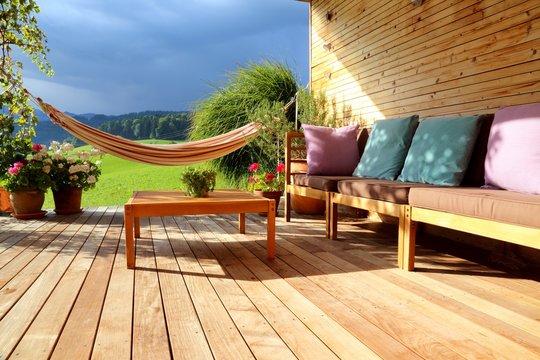 Terrasse mit Möbeln und Hängematte