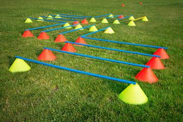 Fußball Koordinationstraining mit Kegelhürden