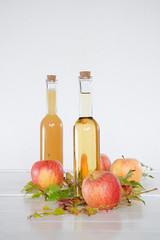 Apfelsaft in Flaschen auf einem Tablett