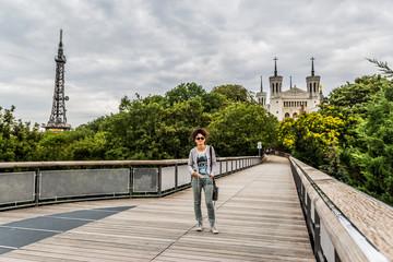 Femme sur la passerelle des quatre vents à Fourvière, Lyon