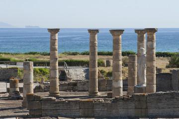 Columnas romanas frente al mar en la ciudad de Baelo Claudia en Tarifa, Andalucía, España.