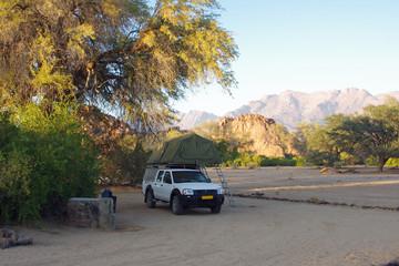 Geländewagen auf einem einsamen Campingplatz in Namibia