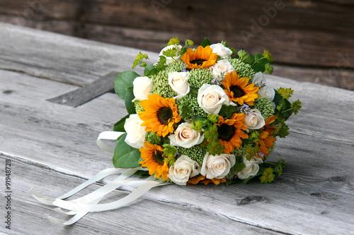 brautstrau mit sonnenblumen und wei en rosen auf holzbank stockfotos und lizenzfreie bilder. Black Bedroom Furniture Sets. Home Design Ideas