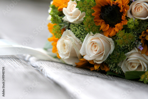 Brautstrauss Mit Sonnenblumen Und Weissen Rosen Auf Holzbank