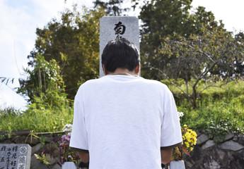 墓参りをする男性