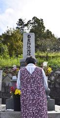 墓参りをする女性
