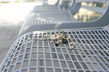 Verlorener Schlüssel lieg auf einer Sitzbank
