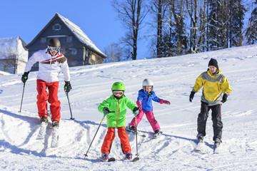 kleine und große Skifahrer