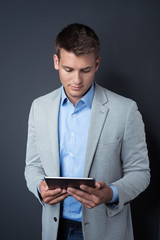 portrait geschäftsmann mit tablet