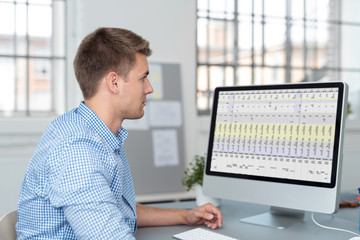 geschäftsmann schaut auf daten am computer