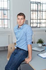 junger mann am arbeitsplatz