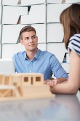 beratungsgespräch in einem architektur-büro