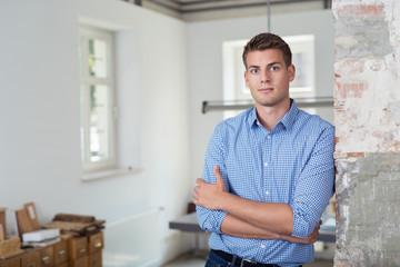 junger unternehmer in seinem büro