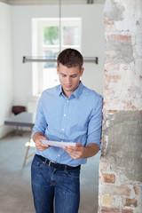 mann im büro liest einen brief