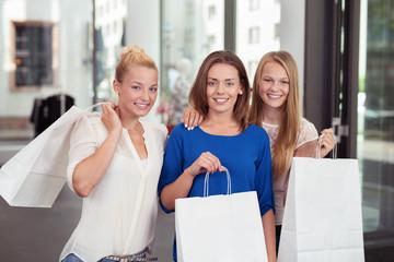 freundinnen freuen sich über die einkäufe