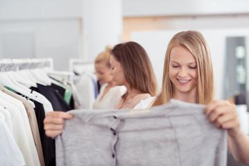 frauen beim einkauf in einem geschäft