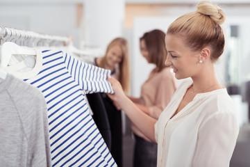 frauen beim einkauf in einem einkaufscenter