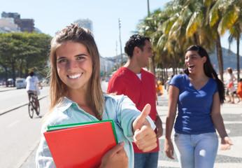 Blonde Studentin mit Freunden in der Stadt