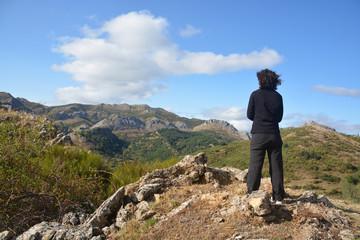 Mujer en la cima de una montaña de los Picos de Europa