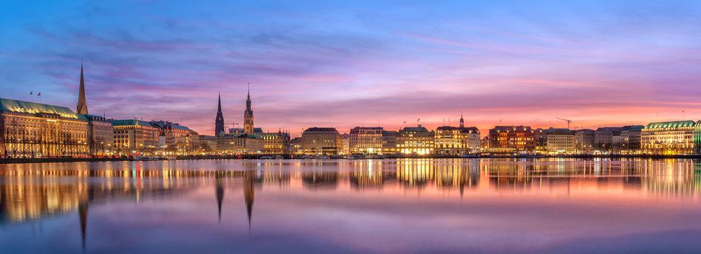 Die Binnenalster in Hamburg am Abend.