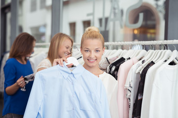 frauen beim einkauf in einer boutique