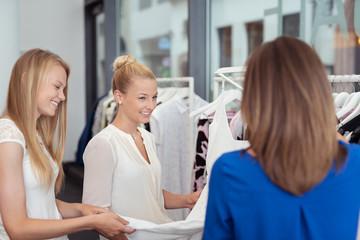 frauen unterhalten sich beim einkaufen