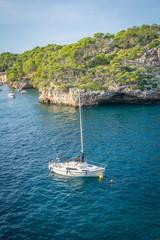 Segelboot in der Cala Figuera, Mallorca