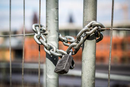 Schloß versperrt den Zugang zum römischen Theater und Südbahnhof in Mainz