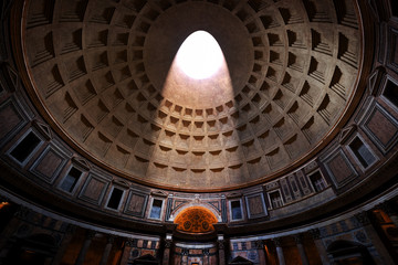 Stores à enrouleur Rome The Pantheon, Rome, Italy. Light shining through an oculus in the ceiling