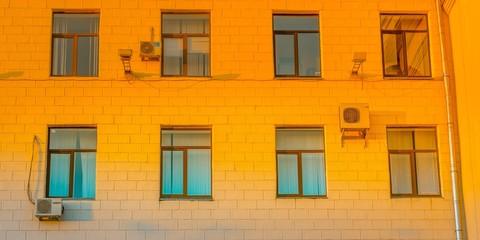 Окна здания в ярком закате дня