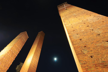 Pavia Torri medievali di Piazza Leonardo da Vinci