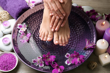 Photo sur Aluminium Pedicure Female feet at spa pedicure procedure