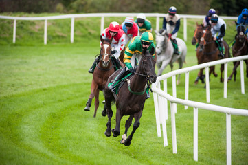 horse race turning the corner