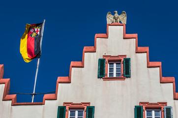 Die Fahne von Rheinland-Pfalz weht auf dem Rathausdach in Oppenheim