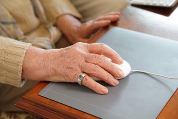 Seniorin arbeitet am Computer zuhause