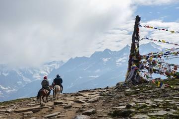 Два человека на лошадях в Гималаях, Индия, Ротанг пик