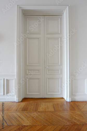 porte et parquet ancien d 39 appartement priv parisien photo libre de droits sur la banque d. Black Bedroom Furniture Sets. Home Design Ideas
