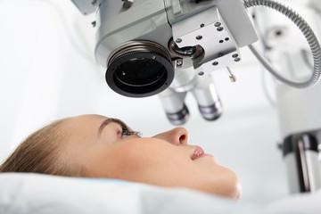 Korekcja wzroku. Pacjentka  na sali operacyjnej podczas zabiegu chirurgii okulistycznej