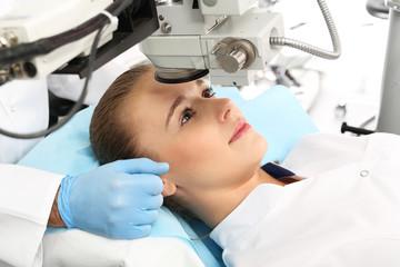 Laserowa korekcja wzroku.Pacjentka  na sali operacyjnej podczas zabiegu chirurgii okulistycznej