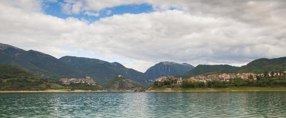 Foto panoramica del lago del Turano, Lazio
