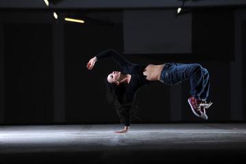 breakdancefigur einer jungen sportlichen Frau