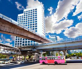 Bangkok,monumentos de la ciudad. Paisaje urbano. autobús de transporte típico