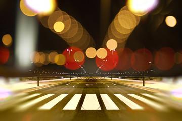 Calle de ciudad de noche y luces de farolas.Fondo urbano abstracto Fotomurales