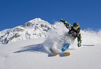 Junger Skifahrer im Pulverschnee