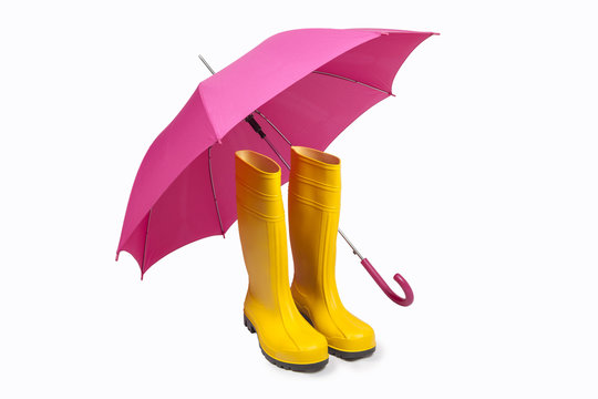 Pinker Regenschirm und gelbe Gummistiefel Freisteller