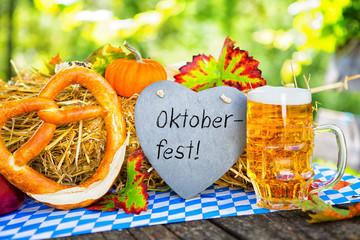 Oktoberfest Bier auf Tisch Rusikal