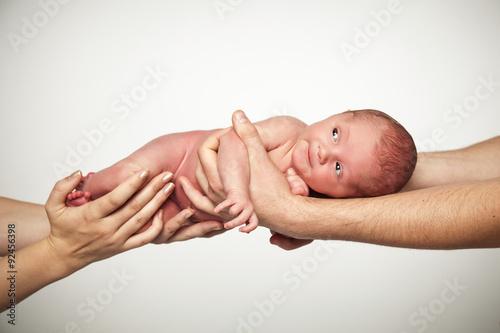 baby auf den h nden der eltern photo libre de droits sur la banque d 39 images. Black Bedroom Furniture Sets. Home Design Ideas