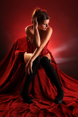 Frau in Unterwäsche sitzt